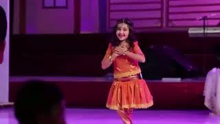 хатуба какмаленькая девушка поет и танцует