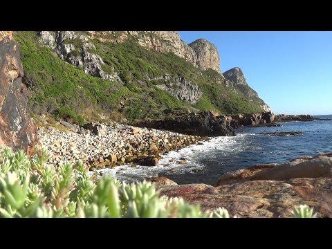 Relaxing ocean waves video - gentle ocean waves breaking on a rocky shore - HD1080P