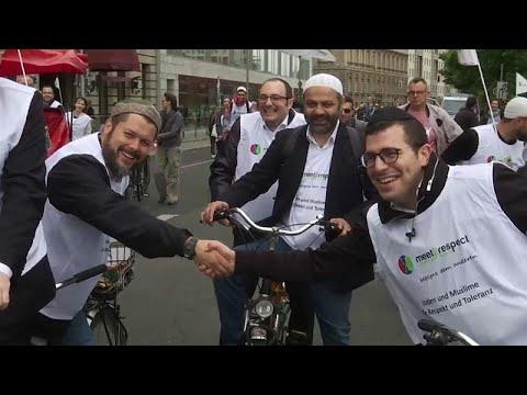 شاهد: يهود ومسملون على الدراجات الهوائية ببرلين لتعزيز الاحترام المتبادل…