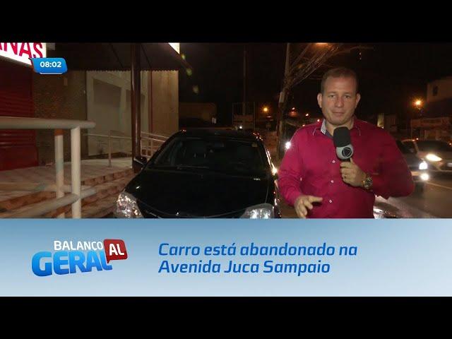 Carro está abandonado na Avenida Juca Sampaio