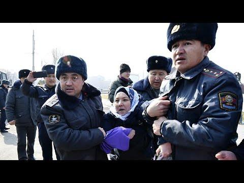 شاهد: إلقاء القبض على العشرات في مظاهرة نسوية في قيرغيزستان …