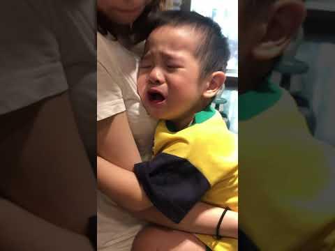 「有異性沒媽媽」2歲多多假哭(沒有淚)找漂亮姊姊抱緊緊