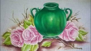 Aula completa, jarro verde, rosa e folha