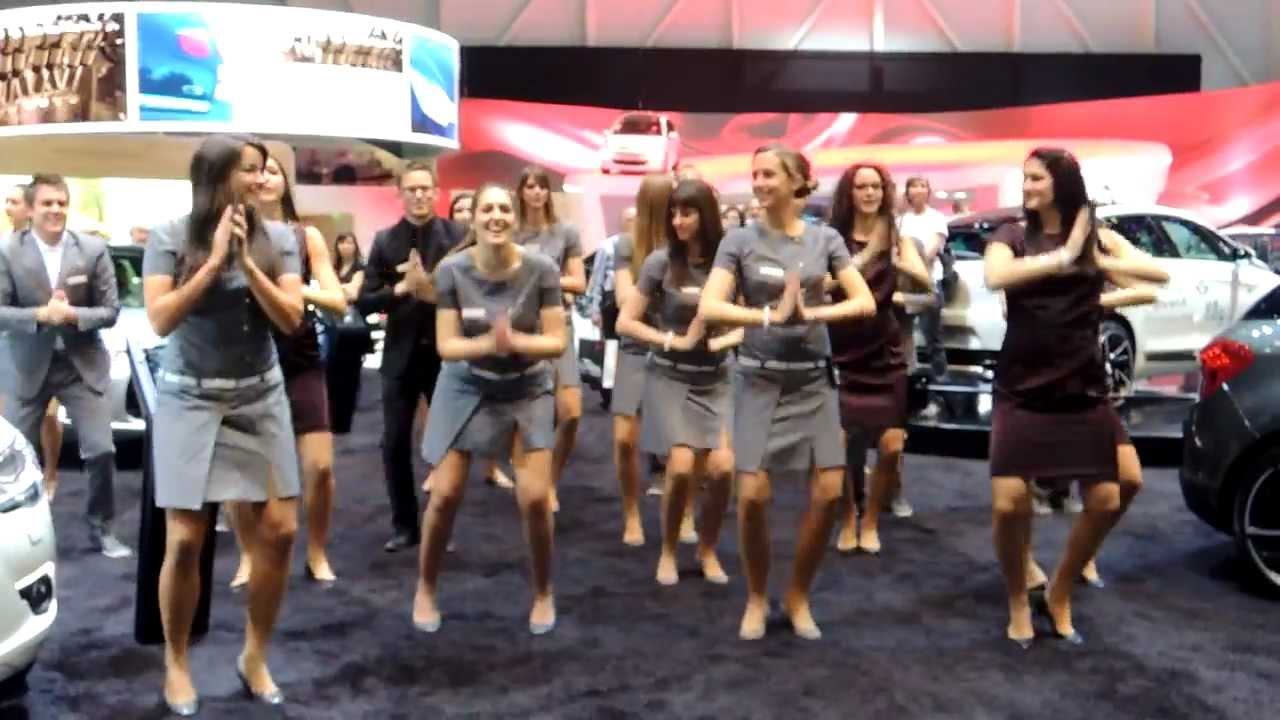 salon de l 39 automobile gen ve 2013 danse des h tesses sur