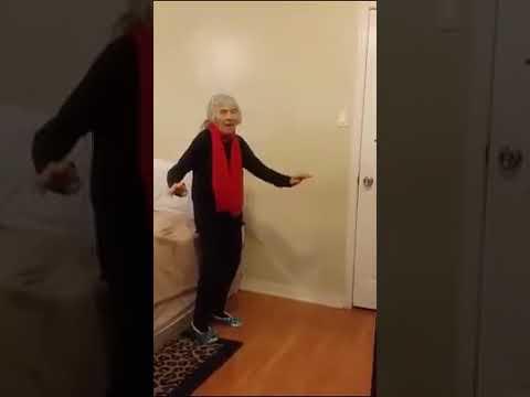 Anziana che balla