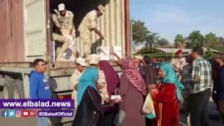توافد سكان النهضة لشراء عبوات «تحيا مصر».. فيديو وصور