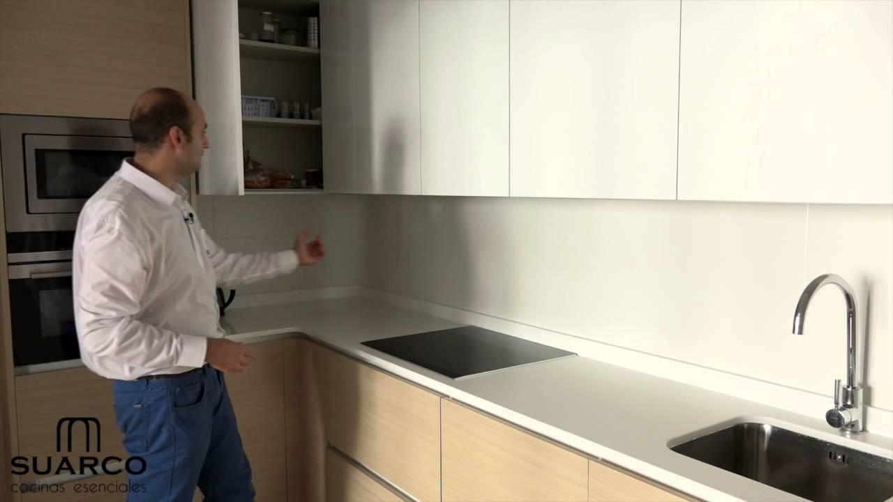 Video cocinas integrales blancas con madera y encimera de