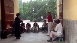 Группа музыкантов у ворот
