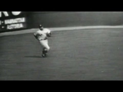 WS1952 Gm7: Woodling makes great catch in left