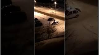 Пьяная девушка села за руль и повисла на бордюре тротуара .