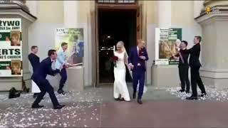 ► Друзья жениха не справились с хлопушками    Прикол на свадьбе