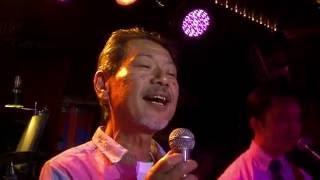 生バンドカラオケで大熱唱のお客様。 松山千春の名曲を決めて頂きました...