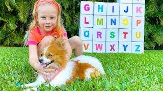 Nastya y sus papá están estudiando el alfabeto inglés