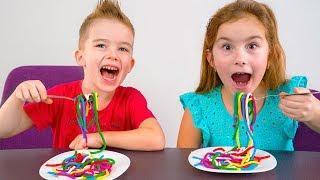 Мелисса и Артур готовят разноцветную лапшу