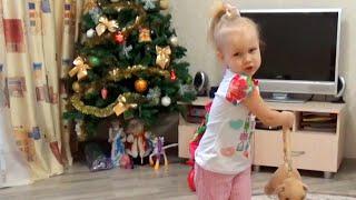 Алиса играет с мячиком и собачкой Джеки Открывает сюрпризы