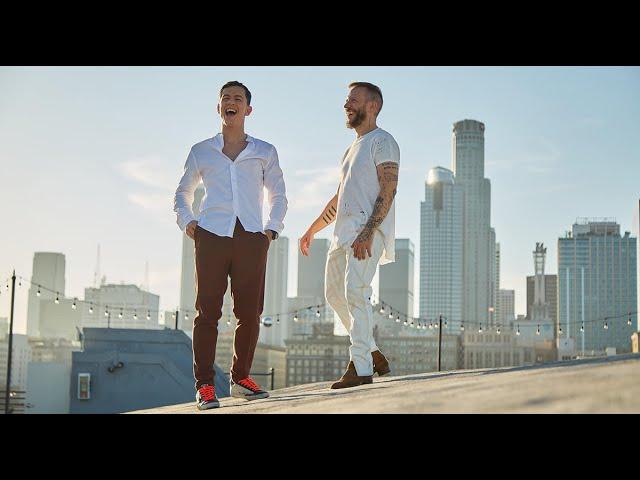 """Avui tenim un sol que ens xiuxiueja el títol de la cançó que avui proposem: """"entre núvols"""". Ens ho canten Noel Schajris, un cantant, compositor, pianista argentí naturalitzat mexicà i guanyador del Grammy Llatí. Comparteix l'èxit amb Guaynaa, un cantant porto-riqueny de música urbana, que va aconseguir notorietat amb el tema de reguetón «Rebota»"""