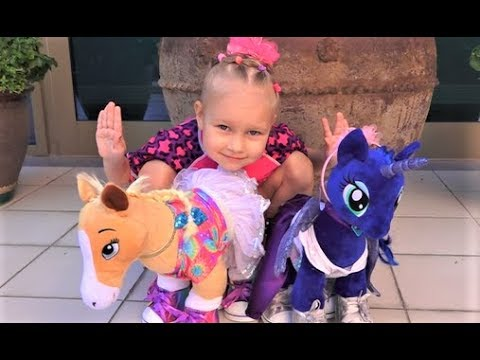 Алиса показывает своих лошадок WorkShop ! Нам дали две игрушки с одним Хеппи Мил !!!