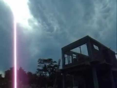 5.Big Electro-HAARP-Cloud growing and changing shape Bali 06.04.2012.MOV