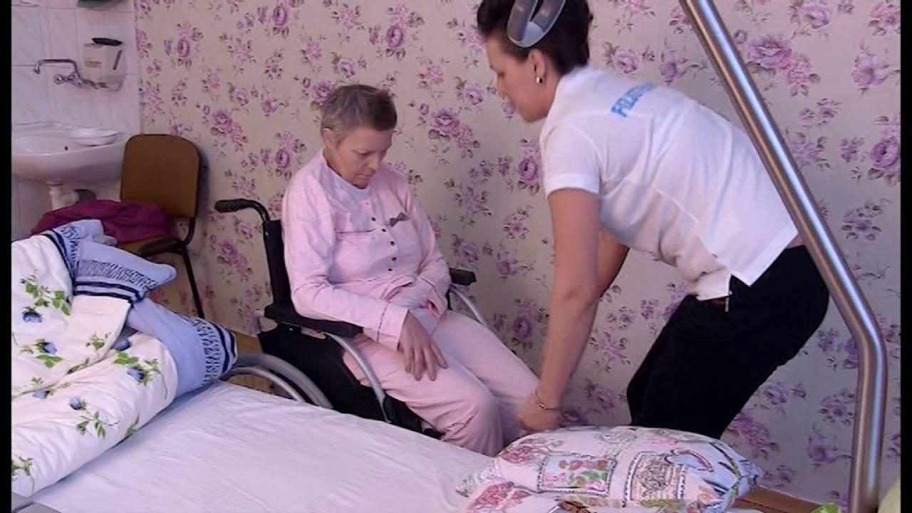 Przenoszenie Chorego Z Wózka Na łóżko