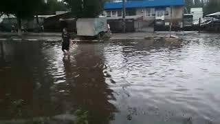 В Запорожье из-за дождя затопило спальный район: воды по колено, маршрутки объезжают через дворы
