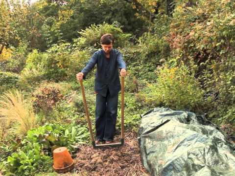 A rer le sol avec une grelinette au jardin cologique youtube for Faire une rocaille au jardin