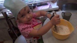 Miss Eva готовит кексы с клубникой!