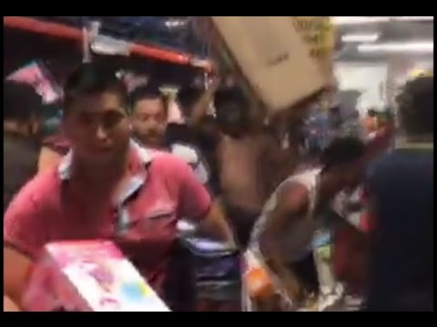 RAW: Mob loots supermarket in Veracruz as protests against fuel price hike erupt across Mexico