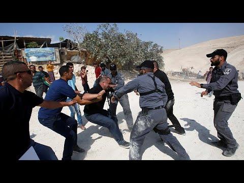 شاهد: الشرطة الإسرائيلية تفرق نشطاء يحتجون ضد تدمير قرية بالضفة الغربية…  - نشر قبل 21 دقيقة