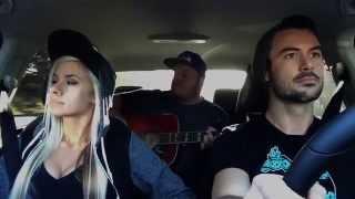 Девушка классно поет в машине