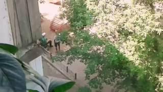 Мужчина пукает на улице