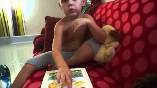 видео Аутизм. Симптомы аутизма, капризы, кучкования, странности. 2 года