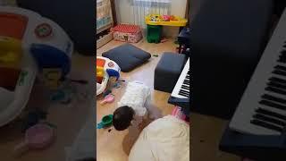 Веселая Мега Аделя играет на пианино! Вот это девочка!