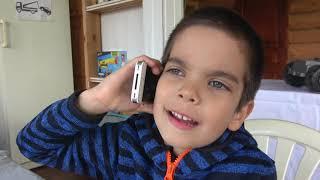 Детский грузовик застрял в грязи Малыш вытаскивает застрявшую машинку