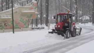 трактор чистит снег в Парке Горького Харьков tractor cleans snow(трактор чистит снег в Парке Горького Харьков tractor cleans snow., 2014-12-01T07:45:53.000Z)
