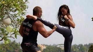 Чудо Женщина (Галь Гадот) учит драться Конана (RUS SUB)