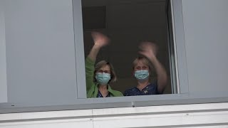 Skolēni iepriecina Kuldīgas slimnīcas darbiniekus