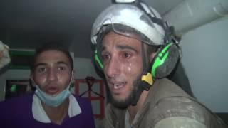 شاهد.. ماذا فعل أحد عناصر الدفاع المدني السوري بعد انتشال طفلة عمرها شهر من تحت الأنقاض؟