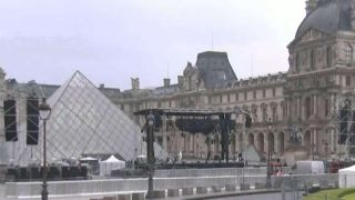 Police evacuate courtyard at the Louvre