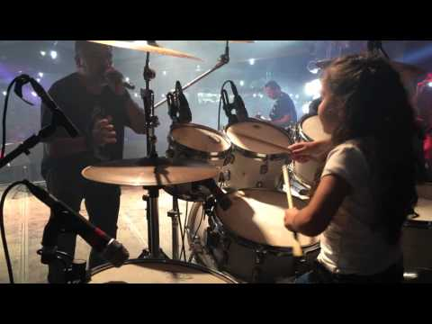 Eduarda Henklein (6) tocando Guns Roses – sweet child o ' mine  com a  Manchester Band