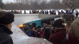Трагедия – Автобус влетел в пешеходный переход метро «Славянский бульвар»