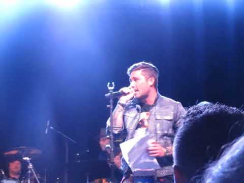 """Michael Ray & Craig Campbell cover """"John Deere Green"""" during 90s Country Night 4/11/17"""