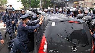 Ոստիկաններն Արշակունյաց պողոտայից բերման են ենթարկում պողոտան փակող վարորդներին