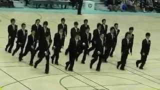 Синхронный марш японских бизнесменов.