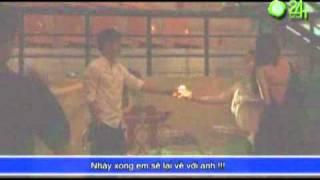 Video  Thủy Tiên   Công Vinh ôm nhau sau cánh gà   Bóng đá