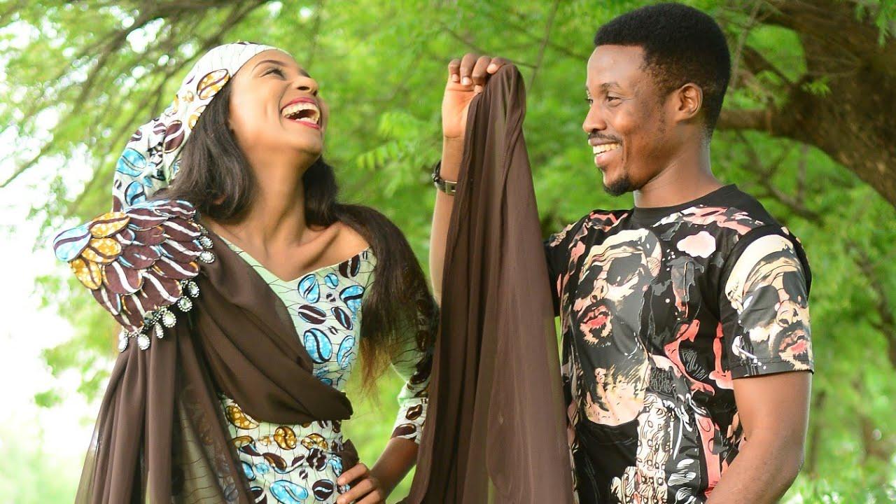 Download UMAR M SHAREEF Ft MARYAM BOOTH - ABAR KALLO (TSAKANINMU) Official Video Latest Hausa Song 2021