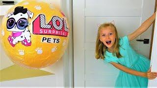 Гигантский шар LOL Surprise Pets Прячется в Квартире Видео для детей