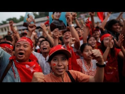 Les supporters d'Ang San Suu Kyi crient victoire