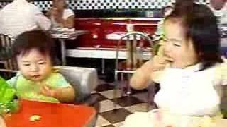 ランチを食べる子供たち。