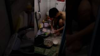Khi ck ngồi rửa chén vk mang bầu