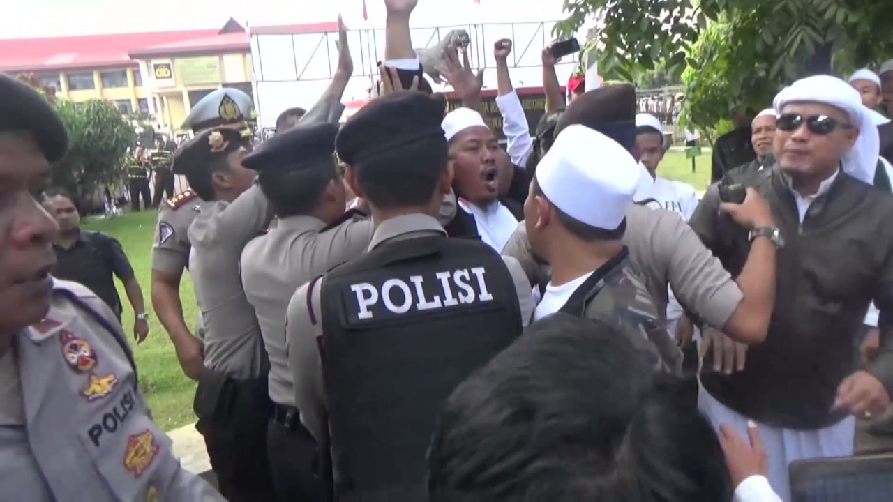 Massa Fpi Ricuh Dengan Massa Gmbi Saat Pemeriksaan Rizieq Shihab Di
